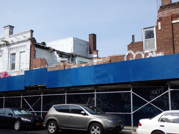 The collapsed building on Jamaica Avenue is awaiting word from MTA before any demolition plans can move forward.  Photo by Phil Corso